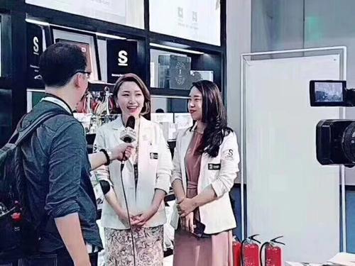恭喜来自湖北襄樊的夫妻俩展会现场与S唯美召香成功签约!